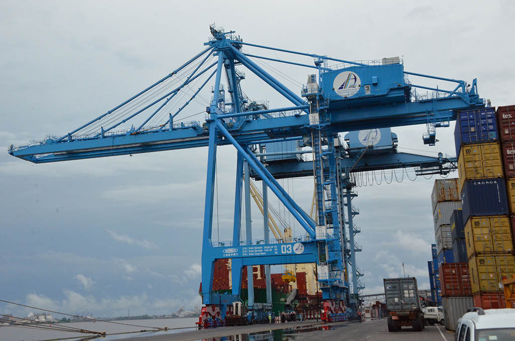 Douala International Terminal - Bolloré Ports - Container gantry crane